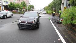 鳳山轎車疑闖紅燈 騎士遭撞飛命危