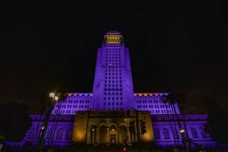 少了Kobe不像LA!洛杉磯降半旗 紫金燈光籠罩市政廳