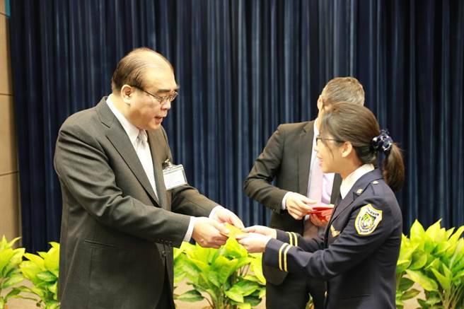 邱豐光(左)慰勉辛勞執勤的移民官。(移民署提供/陳鴻偉台北傳真)