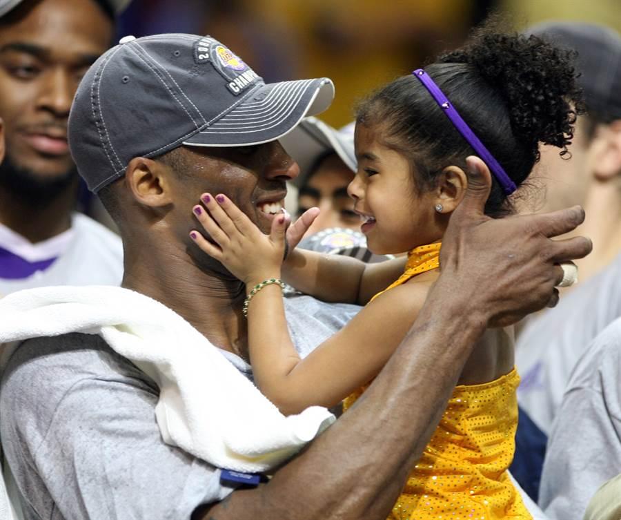 布萊恩於2009贏得NBA總冠軍時,當場抱起女兒吉安娜慶祝。(圖/美聯社)