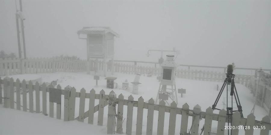 第一波寒冷逐漸南下,玉山下雪了!(氣象局提供)