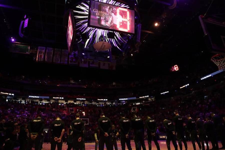 湖人傳奇巨星布萊恩昨日意外過世,NBA所有比賽都瀰漫著哀傷情緒,球員們在賽前哀悼這位巨人,而NBA官方也宣布延遲原訂明日的湖人與快艇這場洛城大戰。(美聯社)