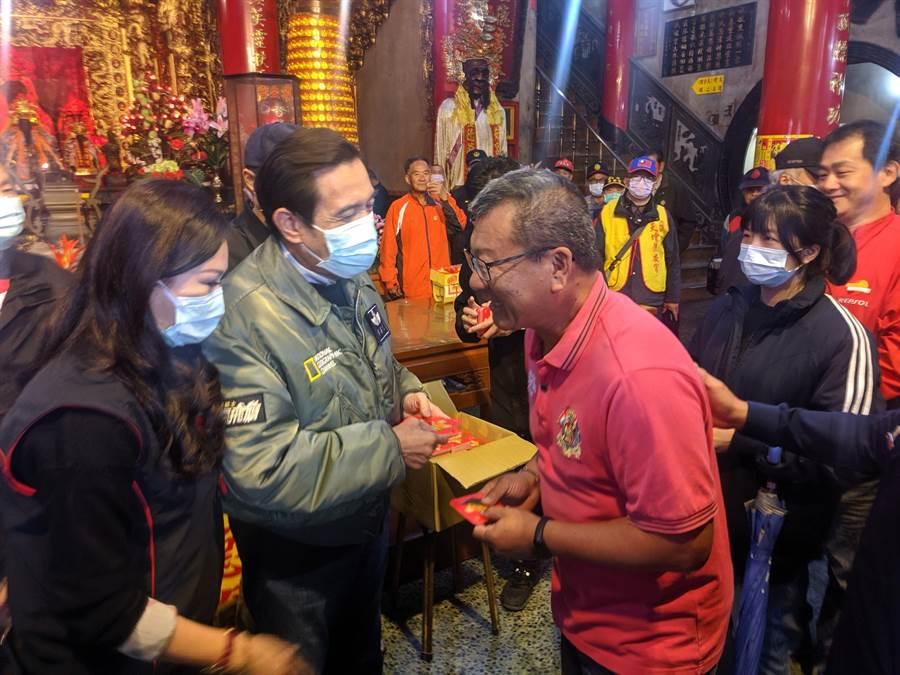 前總統馬英九一早到台南新化護安宮拜廟發紅包。(莊曜聰攝)