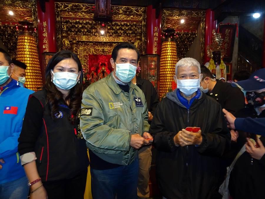 前總統馬英九一早到台南新化護安宮拜廟發紅包。(莊曜聰攝