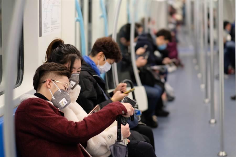大陸衛健委證實,武漢肺炎除了飛沫傳染,也可經接觸傳播。(圖/達志影像)
