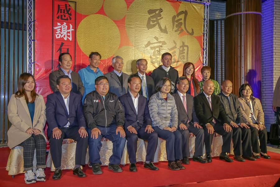 蔡英文總統(前排左五)與嘉義縣競選幹部一同合照。(陳明文辦公室提供/張毓翎嘉義傳真)