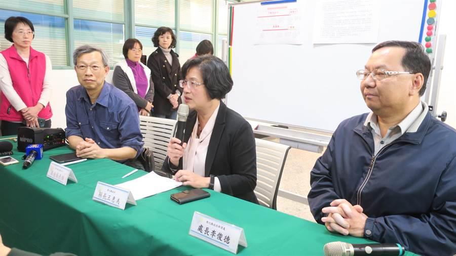 彰化縣政府晚間開記者會說明全國首例家戶群聚感染的夫妻案例狀況。(謝瓊雲攝)