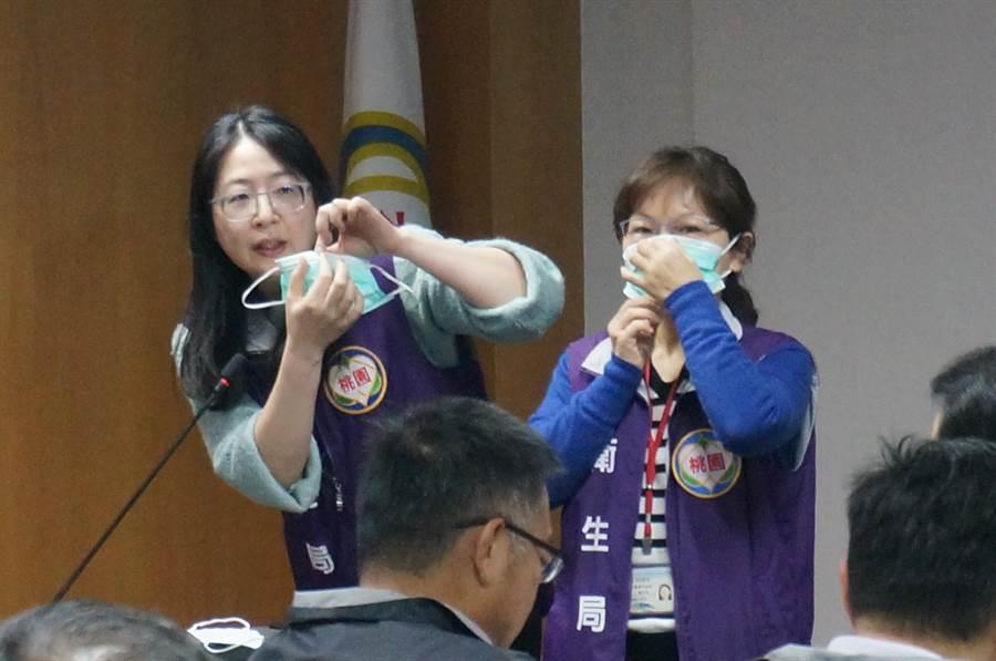 桃園市政府上午舉行防疫會議,衛生局人員宣導正確口罩戴法。(楊宗灝攝)