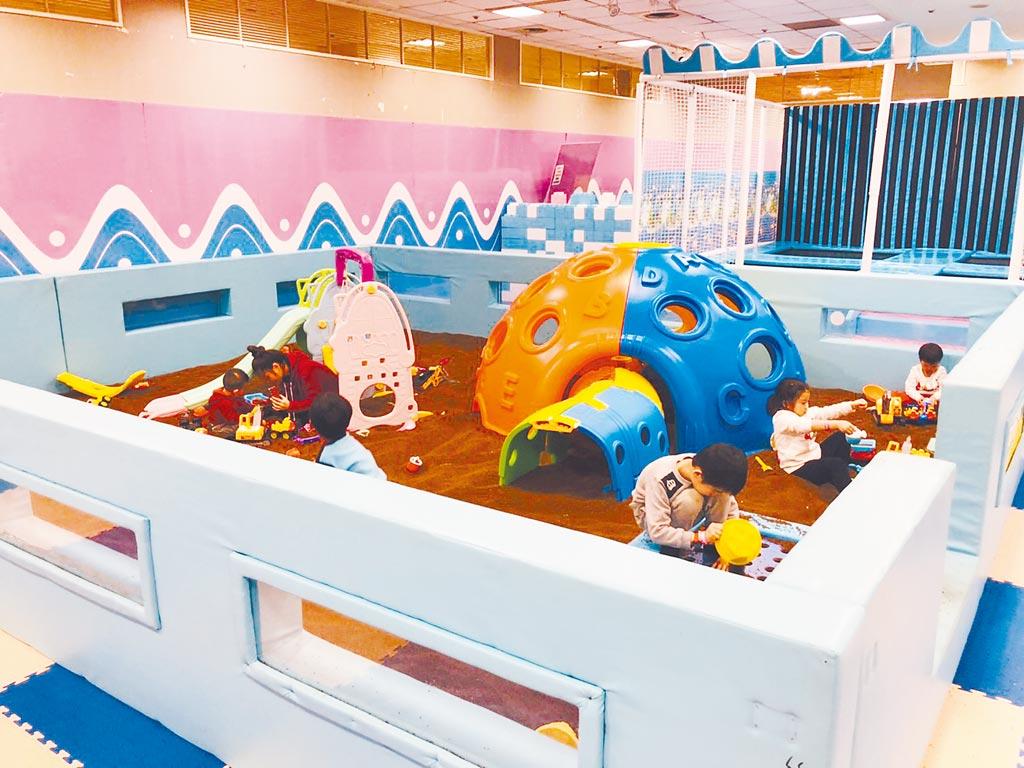 新光三越台北站前店「嗨森海底探索樂園」的超大決明子沙坑,讓兒童安心玩耍。(新光三越提供)