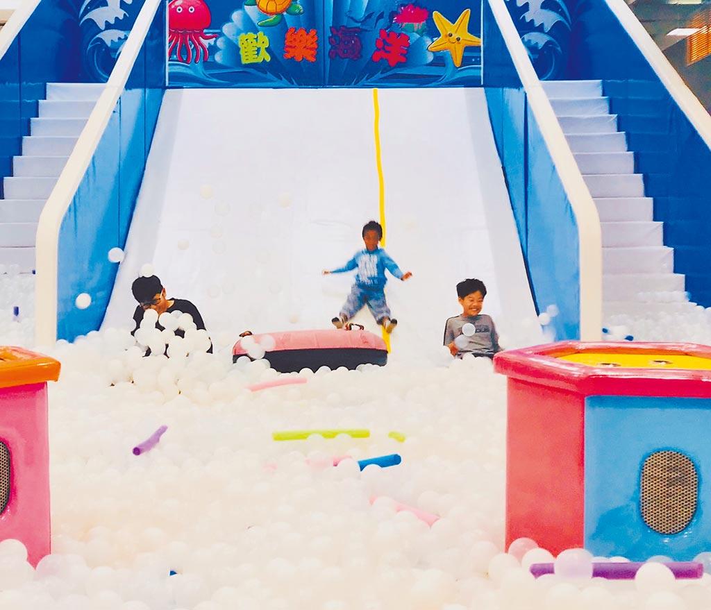 新光三越台北站前店「嗨森海底探索樂園」的巨型滑梯球池,讓兒童玩得不亦樂乎。(新光三越提供)