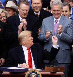 川普簽美墨加協定 但上路得看這國臉色
