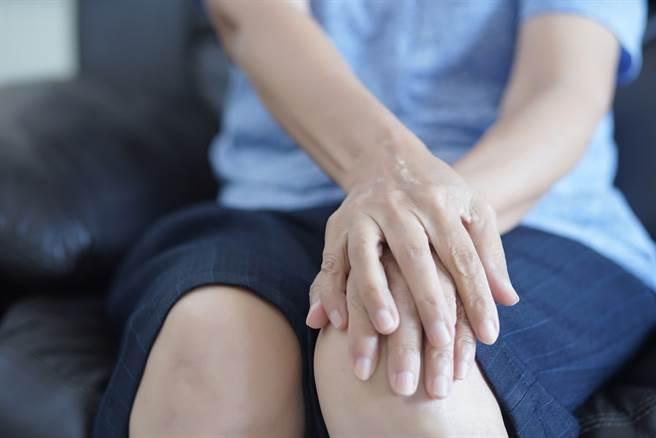 類風濕性關節炎屬於全身的發炎性自體免疫疾病,初期診斷不易,常見症狀為疲倦感、全身痠痛及食慾不振,接著發展成多關節發炎及腫脹,診斷不易,常被誤診。(示意圖/Shutterstock)