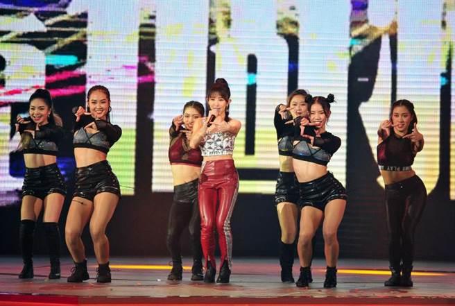 郭書瑤性感熱唱新歌〈合拍〉、〈愛的抱抱〉,創下96萬人、4.38的第3高收視。(圖/台視提供)