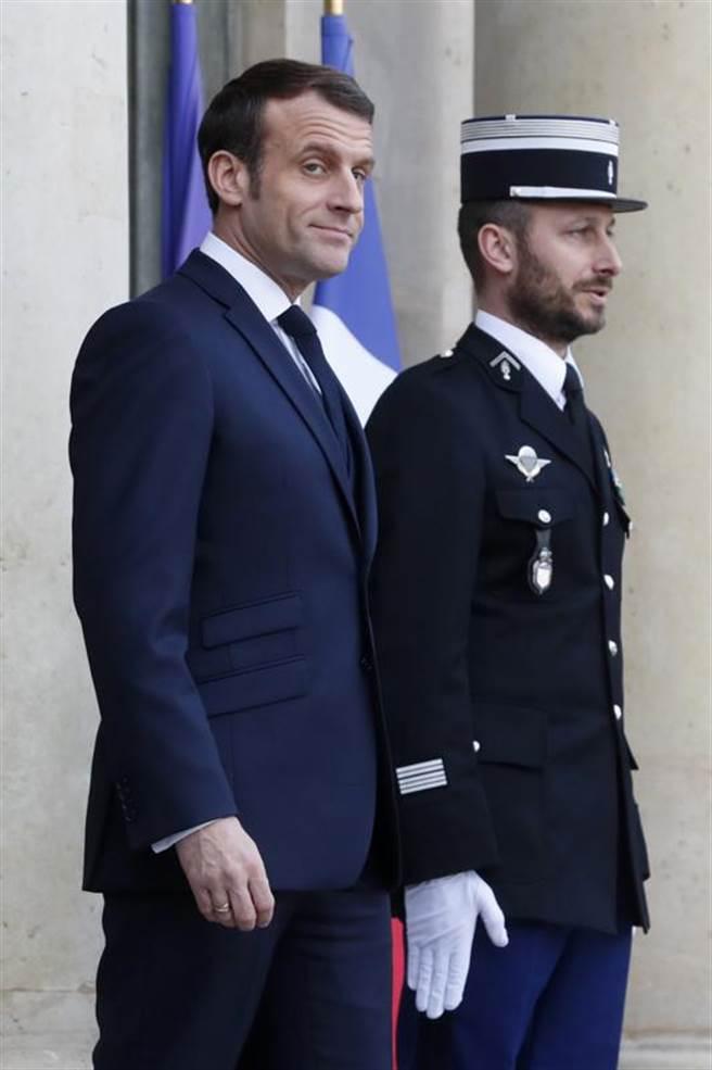 法國總統馬克洪(左)29日與到訪的希臘總理米佐塔基斯(右)舉行會晤。 (美聯社)