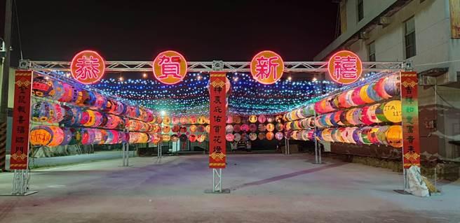 嘉義縣太保市埔心福興宮在廟前廣場掛起學生手繪花燈。(福興宮提供/張毓翎嘉義傳真)