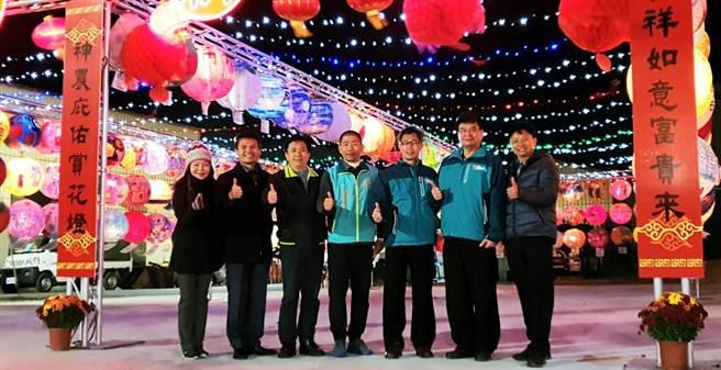 主任委員呂明鍾(右四)與參加花燈競賽的6所學校校長,昨晚出席主燈點燈儀式。(福興宮提供/張毓翎嘉義傳真)