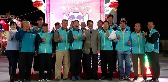 太保市長黃榮利(右五)昨晚出席主燈點燈儀式。(福興宮提供/張毓翎嘉義傳真)