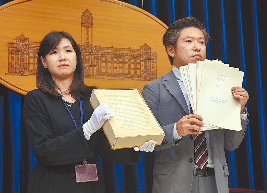 去年9月23日,總統府開記者會說明論文事件,總統府發言人張惇涵(右)亮出蔡總統的倫敦大學博士論文原稿。(本報資料照片)