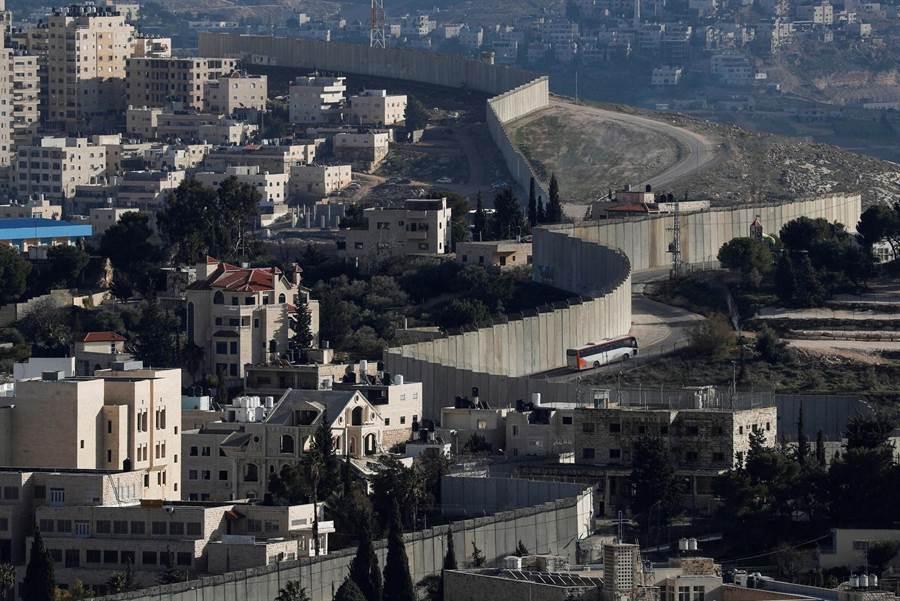 巴勒斯坦所屬的阿布迪斯和以色列控制的耶路撒冷隔著一座高牆。(圖/路透社)
