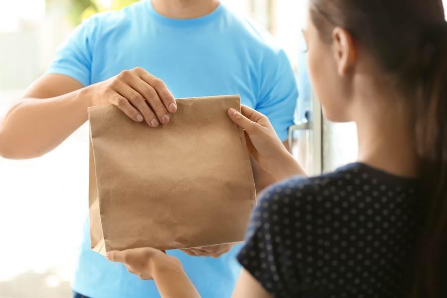 關鍵字「收外賣會不會受感染?」一度在微博上引起話題,但專家表示,這樣的機率很低。(圖/Shutterstock)