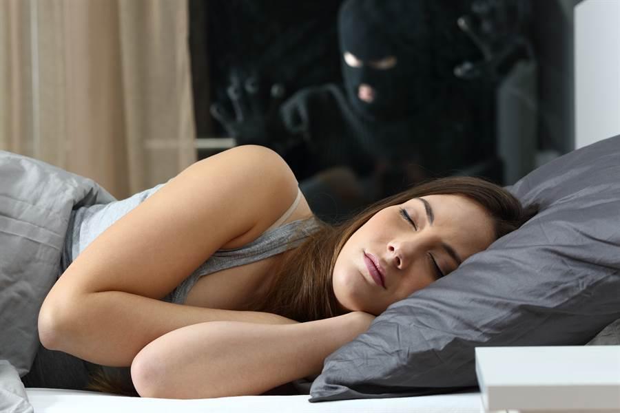 2女出遊租房睡 驚醒房內多出裸男(示意圖/達志影像)
