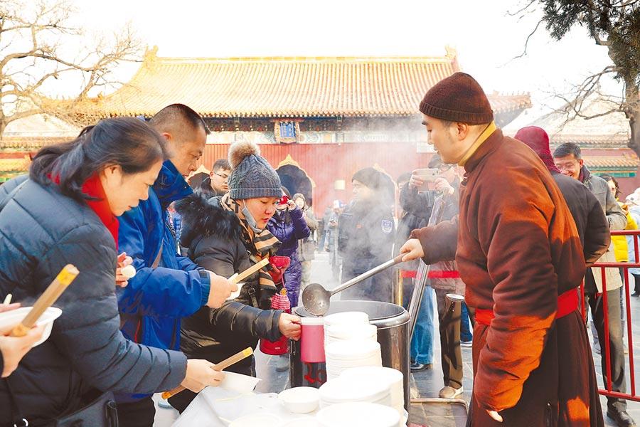 1月2日,民眾在北京雍和宮領取免費臘八粥。(中新社)