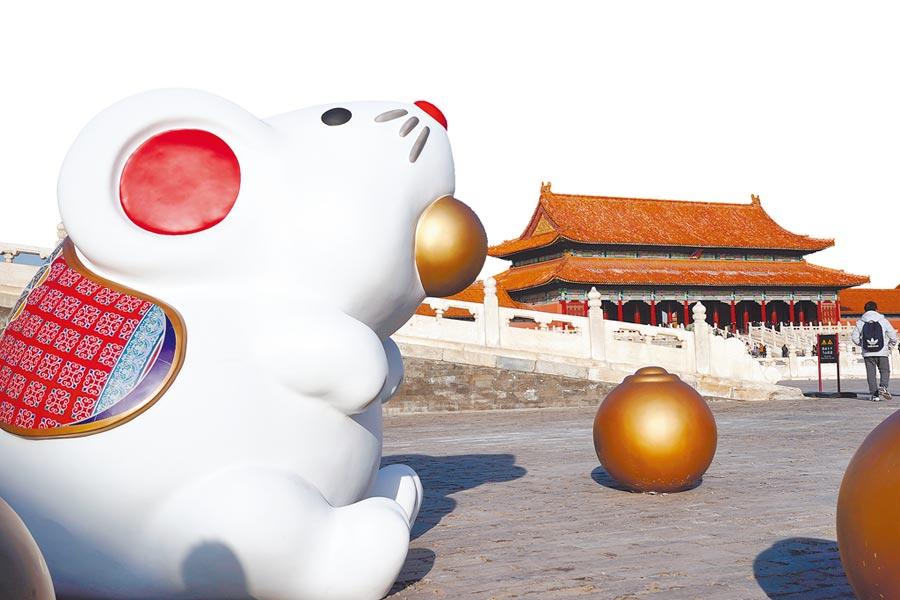 北京故宮太和門廣場上的「吐寶鼠」。(新華社資料照片)