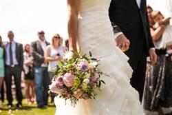 肺炎衝擊!新人口罩婚禮無人出席