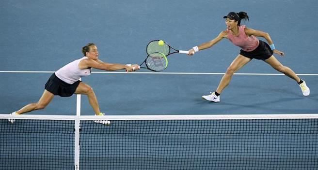 謝淑薇(右)與史崔可娃在澳網決賽力爭兩人攜手的第2座大滿貫女雙冠軍。(美聯社)