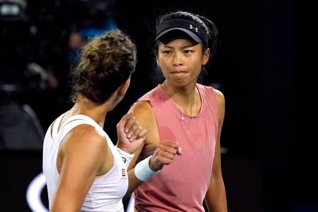謝淑薇(右)在比賽中與史崔可娃相互打氣鼓勵。(路透)