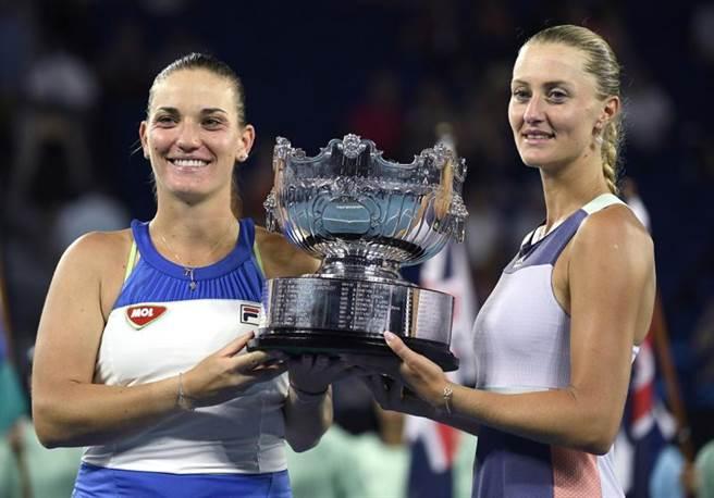芭波絲(左)與茉蘭登諾維琪第2次贏得澳網女雙冠軍。(美聯社)