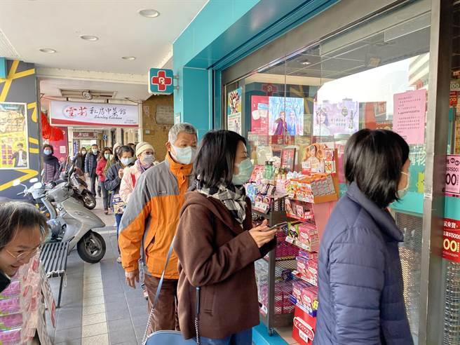 武漢肺炎疫情延燒,口罩供不應求,不少民眾排隊等著零售商開賣口罩。(蔡依珍攝)