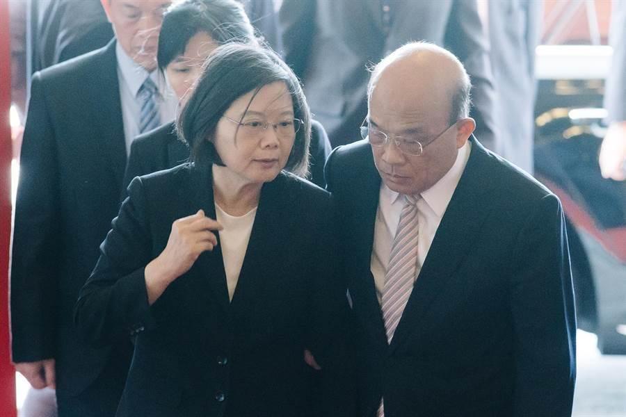 總統蔡英文(左)、行政院長蘇貞昌(右),去年出席頒獎典禮前交談。(圖/本報資料照,郭吉銓攝)
