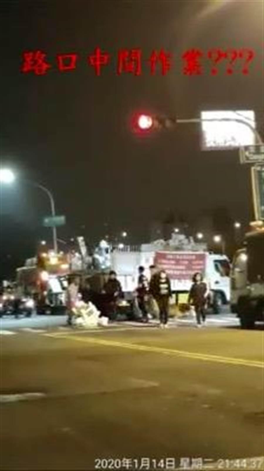 民眾不滿高市楠梓區清潔隊回收車值勤時闖紅燈,又霸占半條路,錄影存證並PO上臉書「爆料公社」。(圖取自爆料公社)