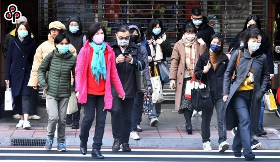 春节连假后上班的人潮几乎都戴着口罩。(图/本报系资料照)