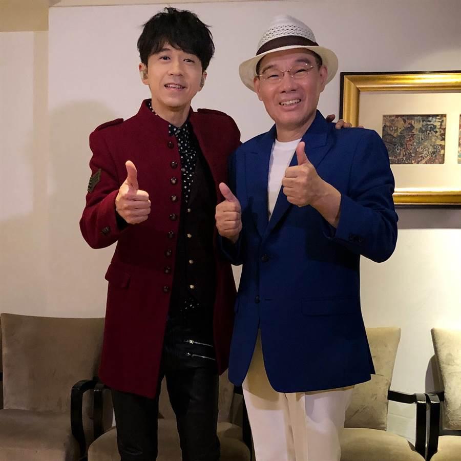 光良(左)、陳雷日前在商演後台巧遇,開心合影。(星娛音樂提供)
