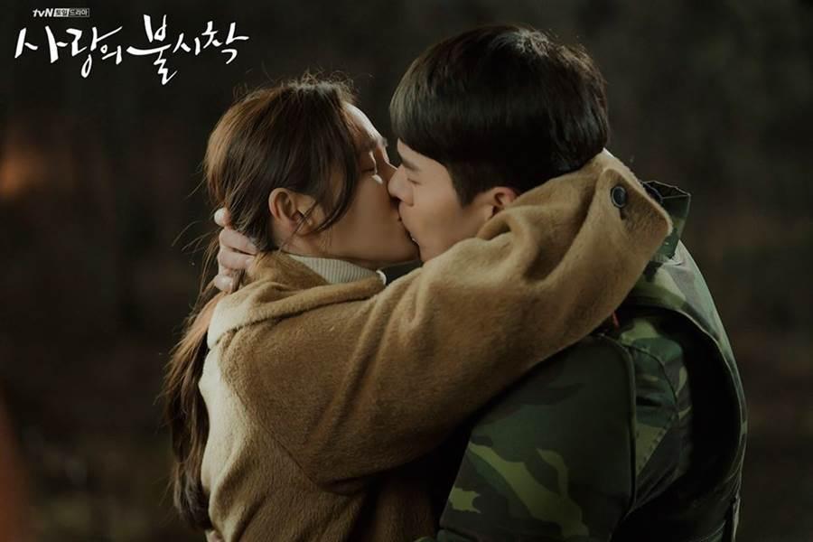 韓劇《愛的迫降》新劇照流出,意外曝光玄彬與孫藝珍的超萌身高差。(圖/翻攝自tvN粉專)