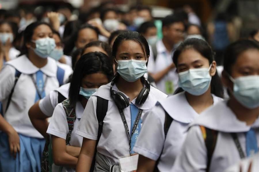 菲律賓首都馬尼拉一所學校的學生,戴著口罩參加活動。(美聯社)
