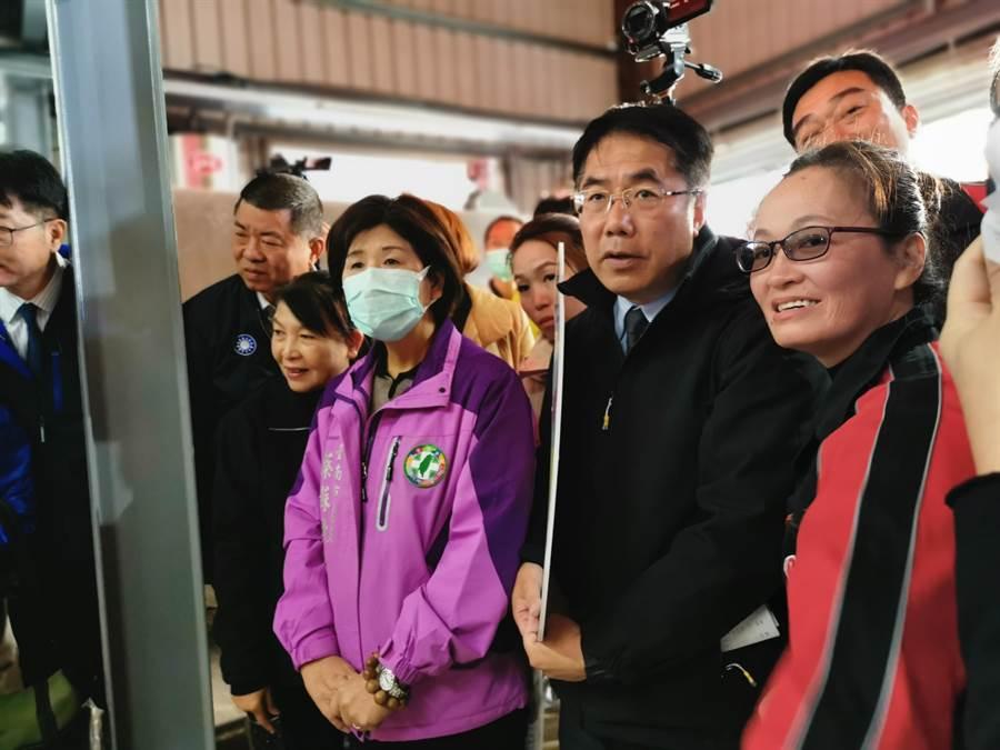 台南市長黃偉哲(右二)參觀梅桂牧場智慧擠乳機器人。(劉秀芬攝)