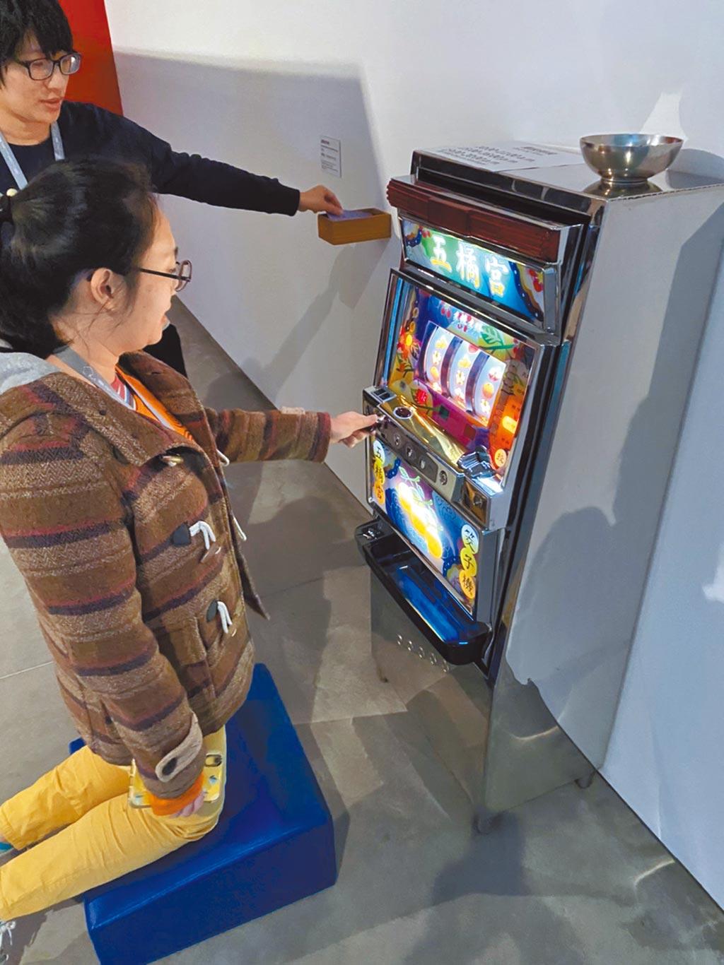 黃舜廷〈五橘宮筊子機〉將賭博的角子機和擲筊意象結合。(南美館提供)
