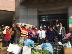 朴子市場攤商不滿農會拒清運垃圾 怒倒垃圾抗議