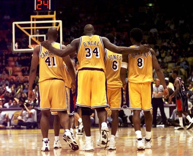 1999年的湖人隊,歐尼爾(34號)、布萊恩(8號)、坎貝爾(41號)、瓊斯(6號)。(美聯社資料照)