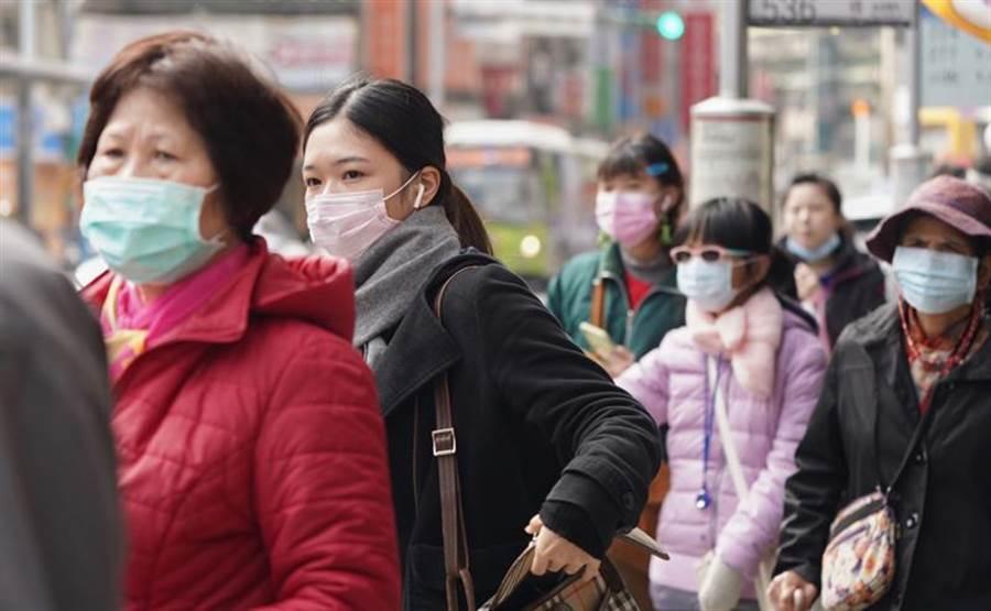 氣象局發布低溫特報,晨間有6度以下氣溫,民眾出門要注意保暖。(資料照片 中央社)