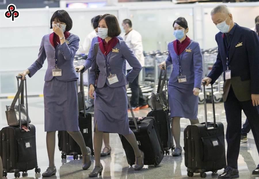 武漢肺炎疫情擴大,義大利即日起禁止中港澳台航班入境,圖為桃園機場華航機組員全員戴著口罩準備報到執值。(本報系資料照片)