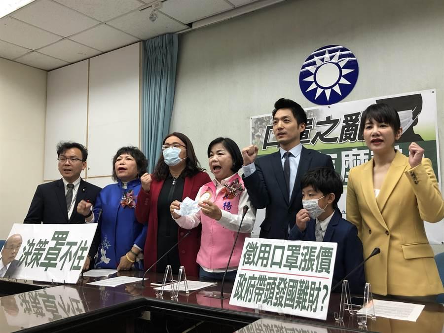 國民黨團上午舉行記者會,高喊「開學前請準備好兒童用口罩」訴求。(趙婉淳攝)