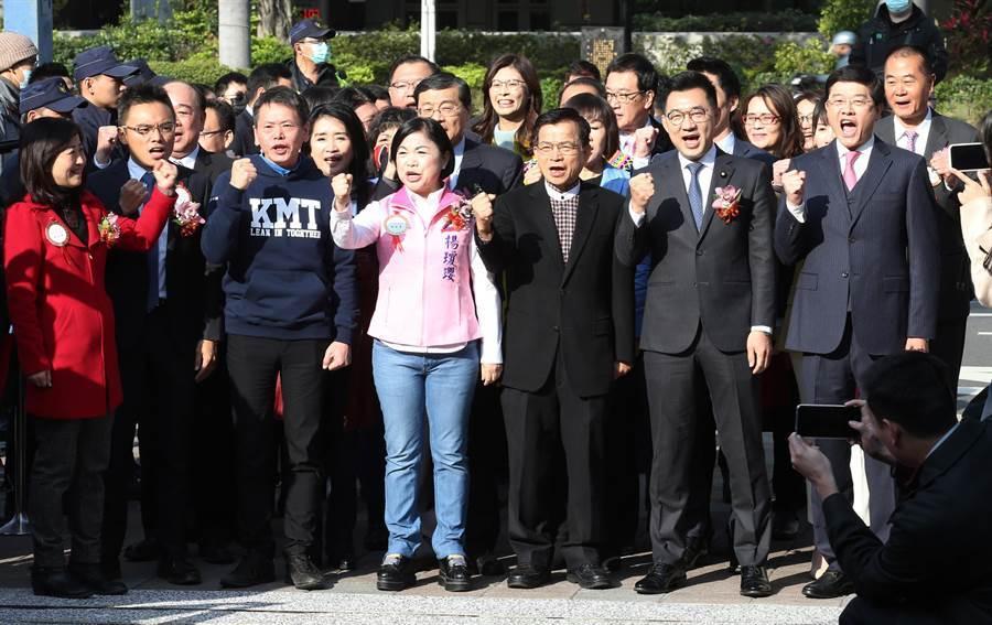 國民黨立委江啟臣(前排右二)、黨團總召林為洲(前排左三)等人集體進場。(姚志平攝)
