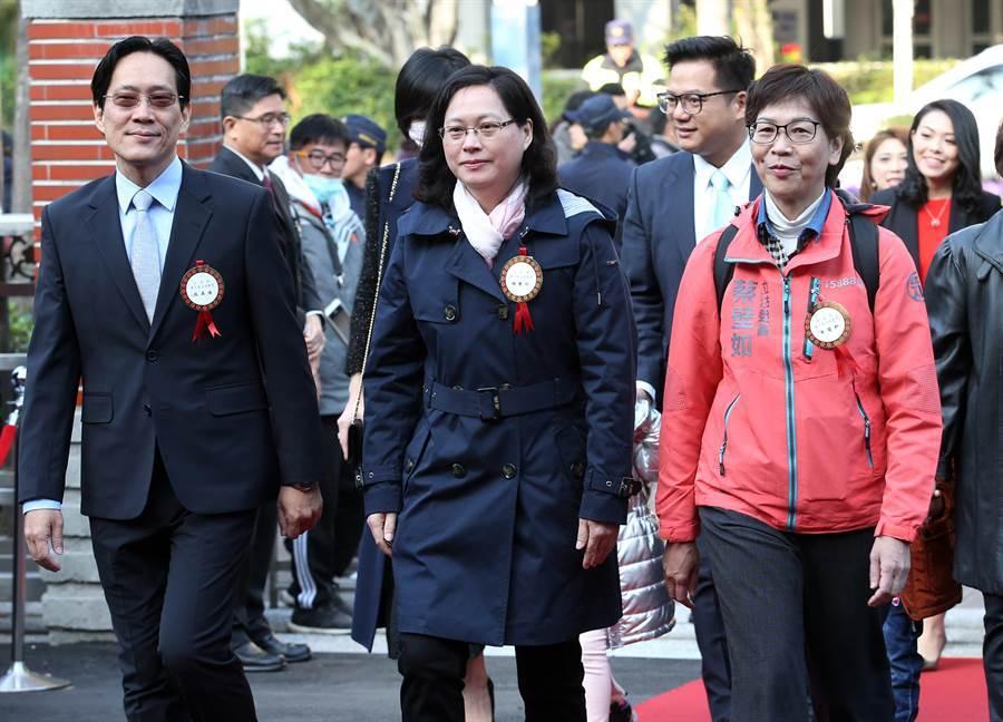 台灣民眾黨立委張其祿(前排左起)、賴香伶、蔡壁如等人一同走紅地毯進場。(姚志平攝)