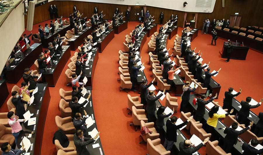 第10屆立委1日赴立法院報到,並在議場內宣誓就職。(姚志平攝)
