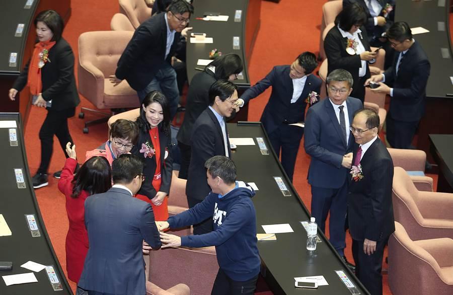 第10屆立委1日赴立法院報到,並在議場內相互寒暄。(姚志平攝)