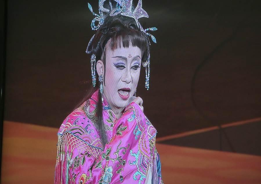 詹雅雯好友許常德裝扮為「秋香」搞笑演出。(粘耿豪翻攝)